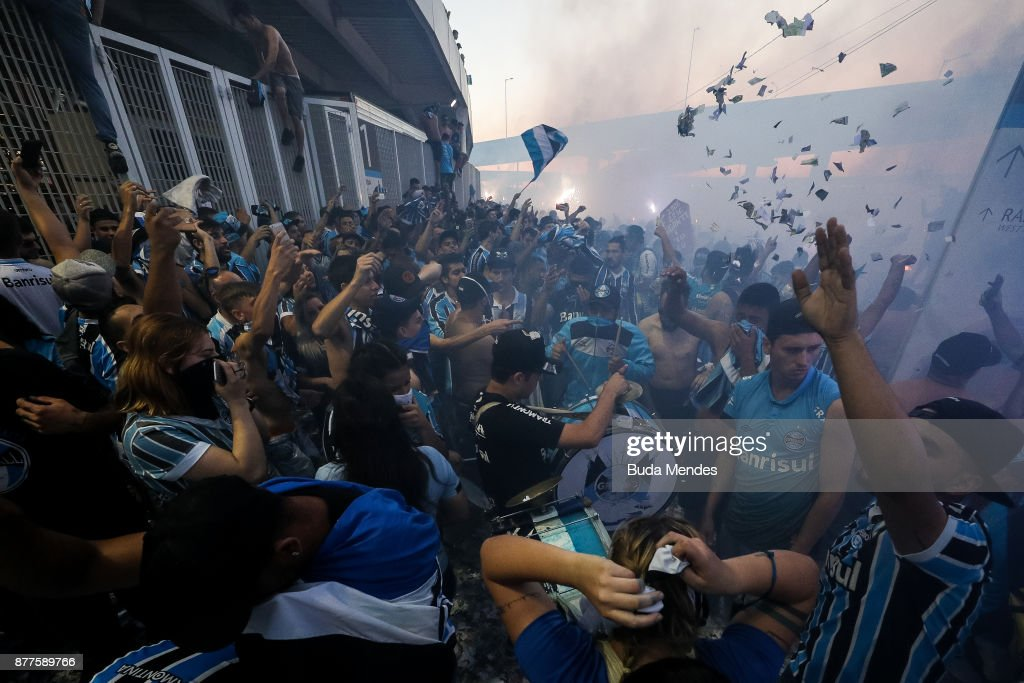 Fans of Gremio cheer for the arrival of the team to the stadium before the first leg match between Gremio and Lanus as part of Copa Bridgestone Libertadores 2017 Final at Arena do Gremio on November 22, 2017 in Porto Alegre, Brazil.
