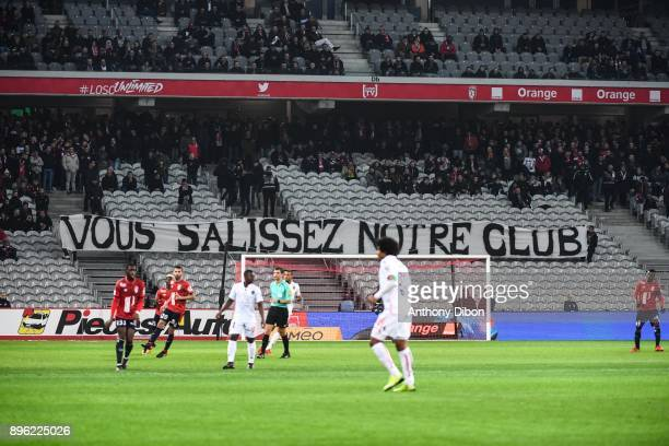 Fans of Lille protest against team of Lille during the Ligue 1 match between Lille OSC and OGC Nice at Stade Pierre Mauroy on December 20 2017 in...