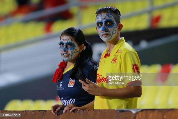 Fans of Morelia make up as catrinas look on prior the 16th round match between Morelia and FC Juarez as part of the Torneo Apertura 2019 Liga MX at...