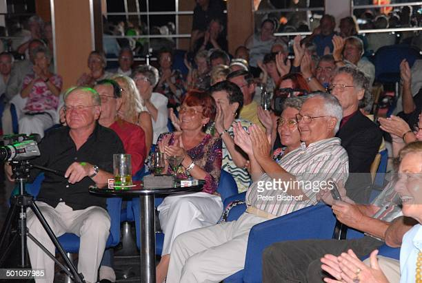 """Fans, Publikum, Kreuzfahrt, Kreuzfahrtschiff MS """"Albatros"""",, Insel Moorea, Französisch-Polynesien, Südsee, Gala-Auftritt T o n y M a r s h a l l in..."""