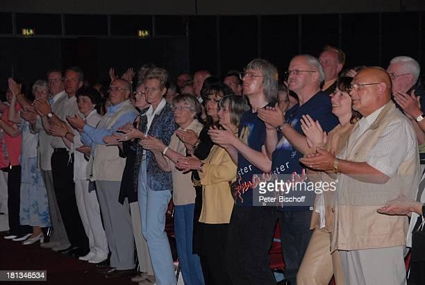 """Fans, Publikum, Tournee """"Das Frühlingsfest der Volksmusik 2007"""", Halle 7, Stadthalle Bremen, Deutschland, klatschen, Applaus,"""