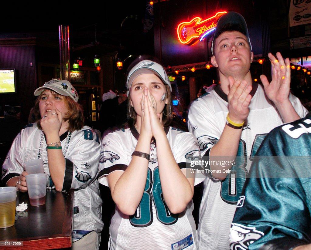 Hopeful Eagles Fans Watch Super Bowl XXXIX : News Photo