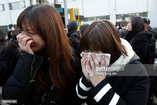 Fans react during the funeral of Jonghyun of SHINee at the hospital on December 21 2017 in Seoul South Korea The lead vocalist of the Kpop group was...