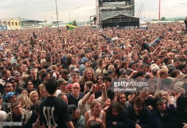 """Fans sind am 30.5.1998 beim Festival """"Rock Am Ring"""" dabei. Wolfgang Niedeckens Auftritt mit seiner Band """"BAP"""" zählte zu einem der Höhepunkte während..."""