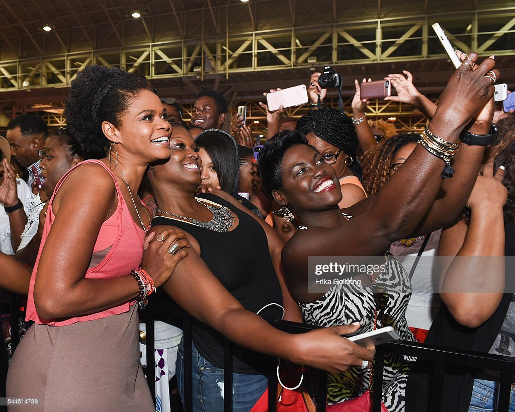 Almost Christmas Cast.Fans Take Photos With Almost Christmas Cast Member Kimberly