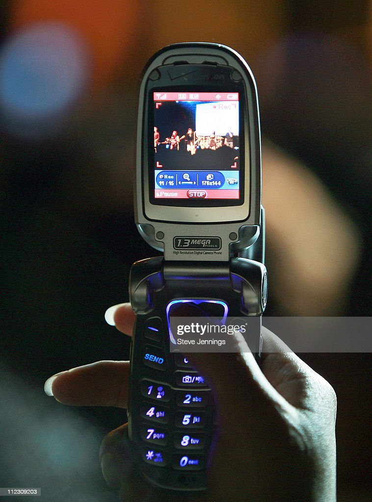 RBD fans take pictures of show on Verizon Wireless phones