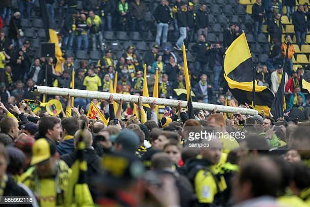Fans tragen die Torstange durch das von den Fans gestürmte Stadion Fussball Saison 2011 / 12 1 Bundesliga Borussia Dortmund SC Freiburg 4:0 Deutscher...