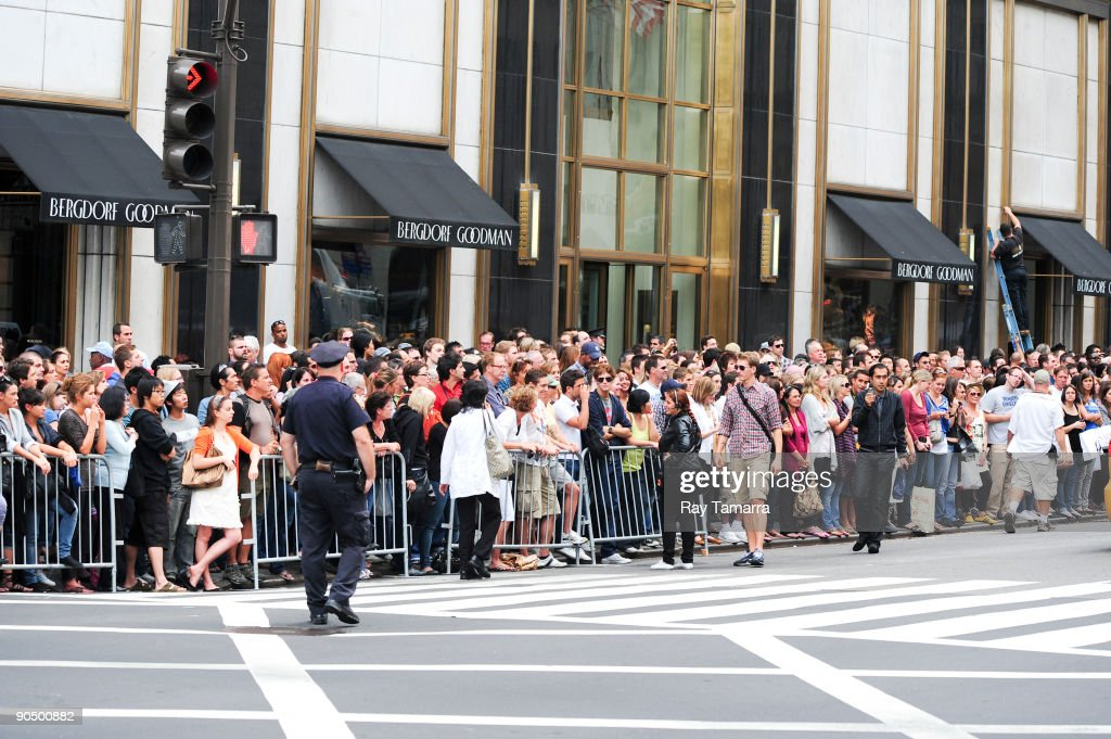 Fans visit the 'Sex And The City 2' film set at Bergdorf Goodman on September 09, 2009 in New York City.