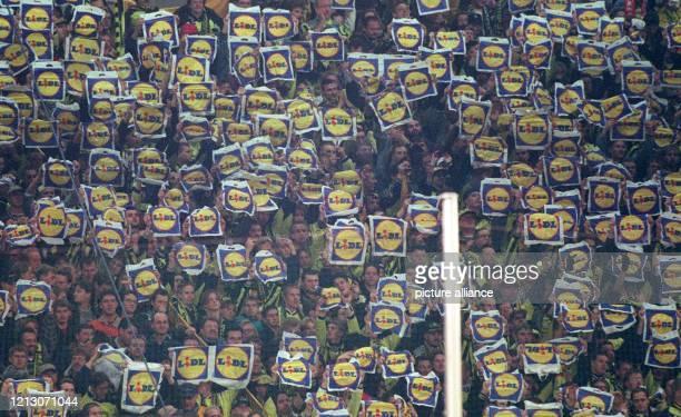 Fans von Borussia Dortmund grüßen am im Dortmunder Westfalenstadion die Fans und die Mannschaft von Titelverteidiger FC Bayern München die zum...