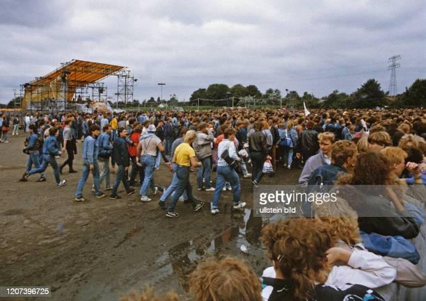 Fans von Bruce Springsteen, Fans laufen zur Bühne, Ostberlin