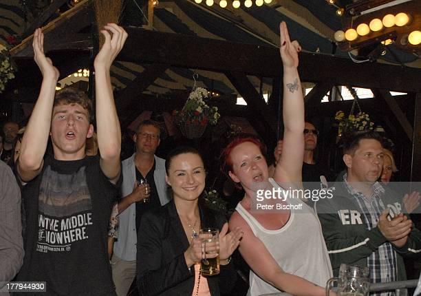 Fans von H e i n o Konzert während Mit freundlichen GrüßenTour Bayernzelt †berseestadt Bremen Deutschland Europa Zelt Festzelt Tournee Zuschauer...