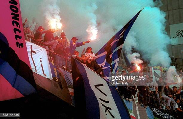 Fans von Inter Mailand mit Fahnen, Rauchbomben und bengalischen Feuern auf der Tribüne im Giuseppe-Meazza-Stadion im Mailänder Stadtteil San Siro