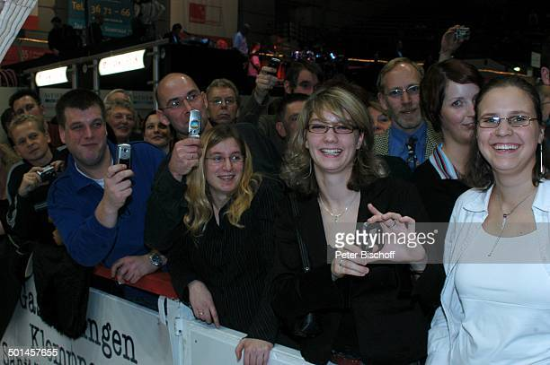 Fans von J o h a n n e s H e e s t e r s nach Startschuss zum 42Bremer 6TageRennen AWDDome Bremen Deutschland Europa Radrennbahn Handy fotografieren...