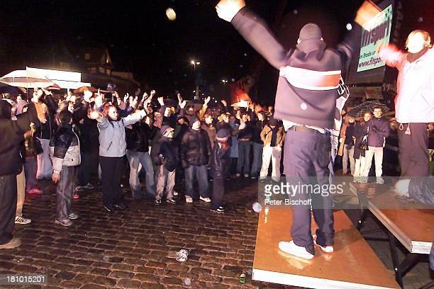 Fans von Juliette Schoppmann Stade 0832003 im Hafen während der Entscheidung Regen draußen vor Großbildleinwand Regenschirm Jubel nach Auftritt