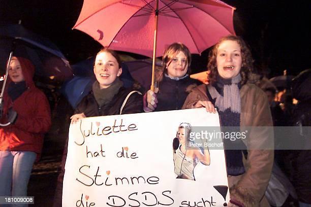 Fans von Juliette Schoppmann Stade 0832003 im Hafen während des Finales Regen draußen vor Großbildleinwand Regenschirm Jubel nach Auftritt feiern...