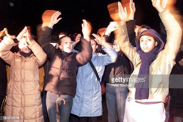 Fans von Juliette Schoppmann Stade 0832003 im Hafen während des Finales Regen draußen vor Großbildleinwand Regenschirm Jubel nach Auftritt feiern