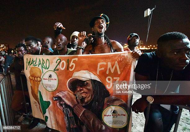Fans wait for Ivorian singer Alpha Blondy on March 14, 2015 in Abidjan before a free concert to celebrate the artist's radio - Alpha Blondy FM -...