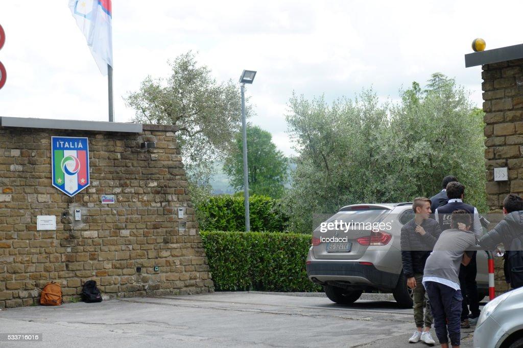 Fan in attesa Italia calcio giocatori a Coverciano. Firenze, Italia. : Foto stock