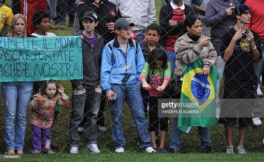 Fans watch Brazil's training session in Curitiba, southern Brazil on May 24, 2010. Brazil, five-time world champion, is among the favourites for the South Africa 2010 World Cup which starts on June 11th. The 'Selecao' have been drawn in Group G with North Korea, Ivory Coast and Portugal.
