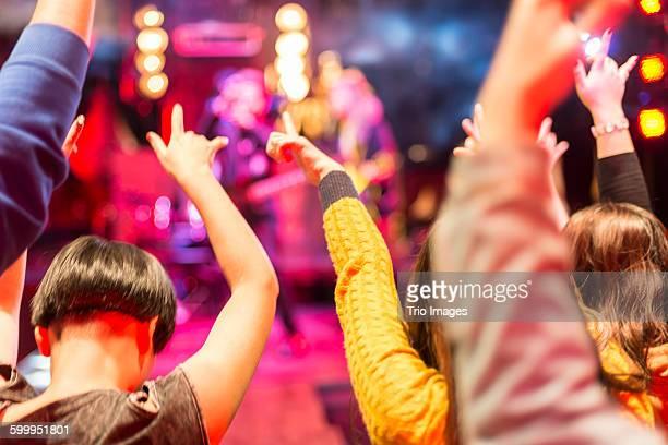 fans watching the band playing music - concierto de música pop rock fotografías e imágenes de stock