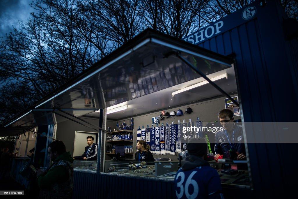 FC Schalke 04 v Borussia Moenchengladbach - UEFA Europa League Round of 16: First Leg : News Photo