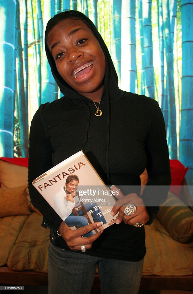 "Fantasia Barrino Signs Her Book ""Life is Not a Fairy Tale"" - December 16, 2005 : News Photo"
