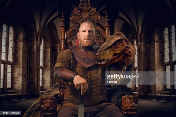 ペットの恐竜と王位に幻想的な戦士王 - 王座 ストックフォトと画像