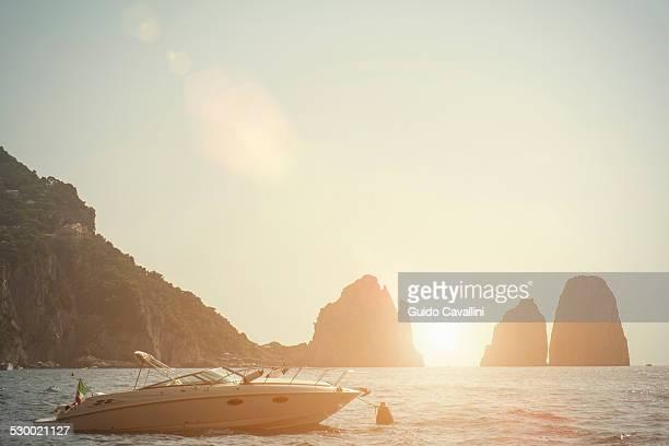 faraglioni of capri, napoli, campania, italia - isola di capri foto e immagini stock