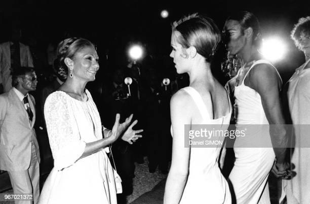 Farah Diba Pahlavi discutant avec des danseurs de l'Opéra de Paris, lors d'un festival de théâtre à Shiraz, en Iran, le 19 août 1977.