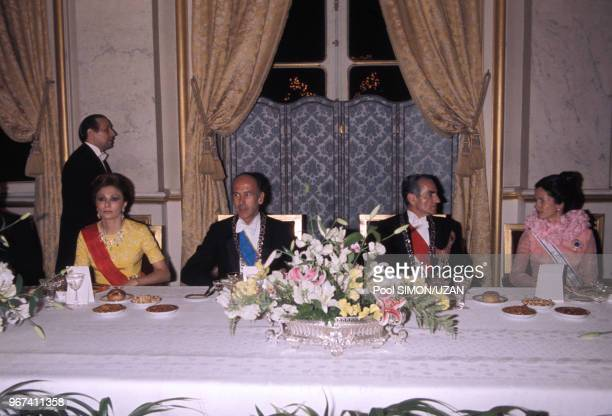 Farah Diba Pahlavi Valéry Giscard d'Estaing Mohammad Reza Pahlavi et AnneAymone Giscard d'Estaing lors d'une réception au palais de Versailles en...
