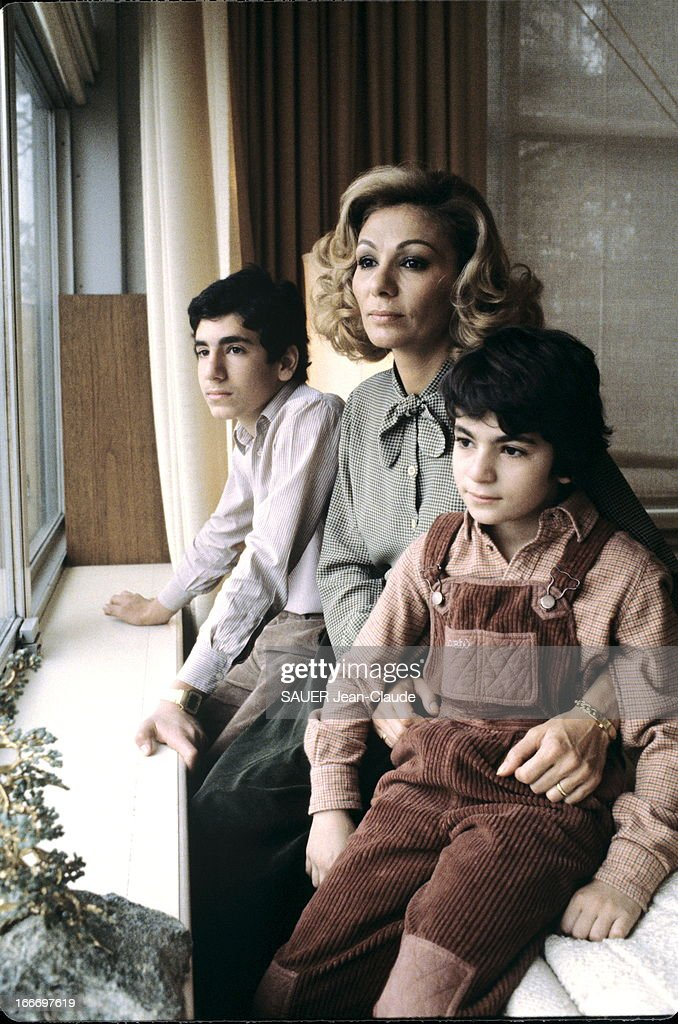 Farah Diba With Children In New York During The Shah Hospitalization : Nachrichtenfoto
