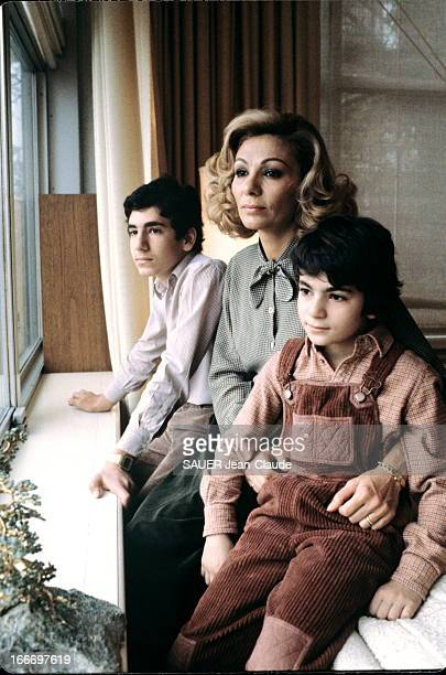 Farah Diba With Children In New York During The Shah Hospitalization New York octobre 1979 pour la première fois depuis l'hospitalisation dh Shah...