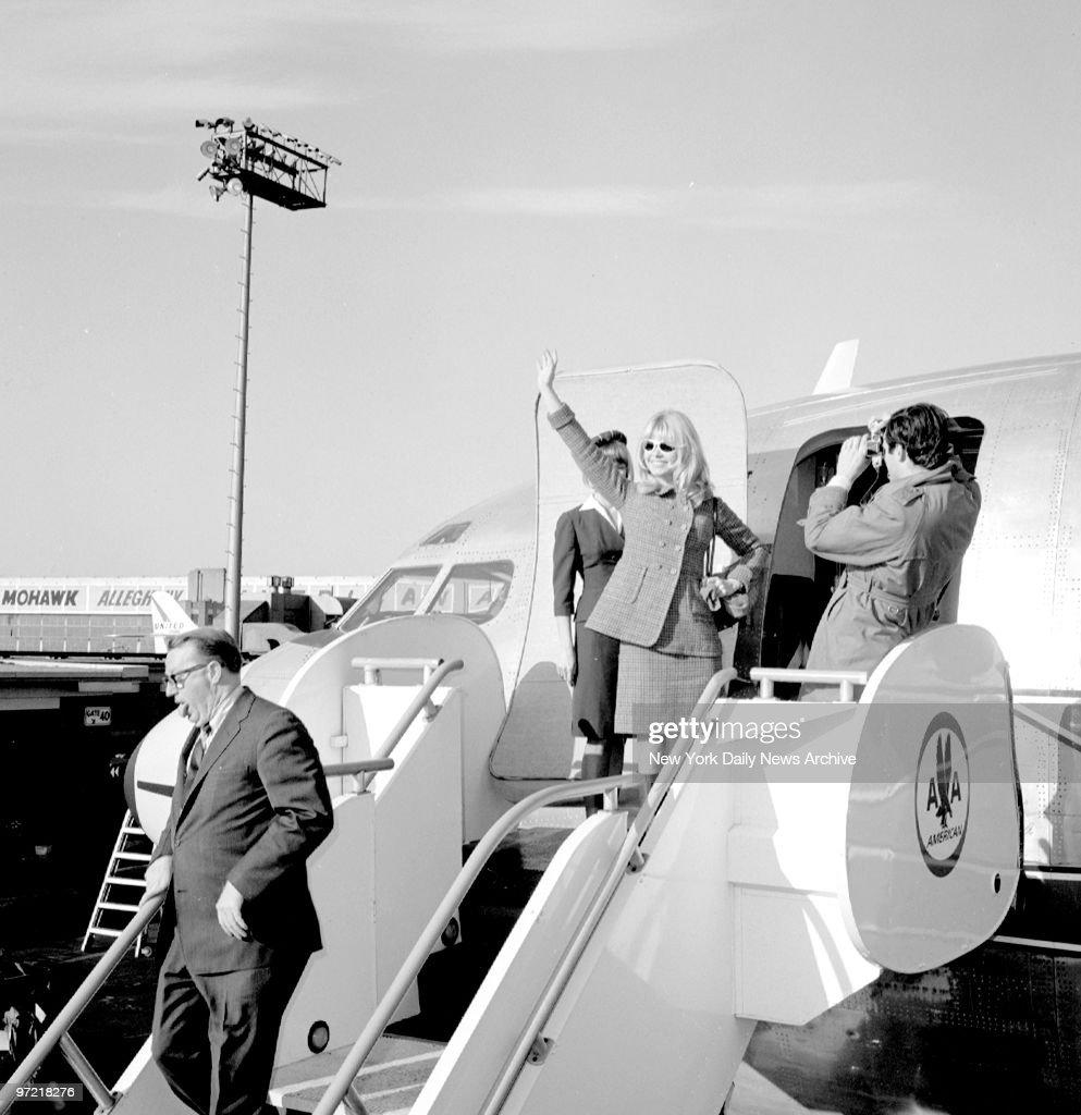 A farewell wave as Brigitte Bardot boards plane for Los Ange : News Photo