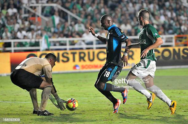 Farid Mondragon and Luis Calderon of Deportivo Cali fights for the ball with Wason Renteria of Millonarios during a match between Deportivo Cali and...