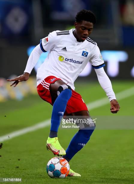 Faride Alidou of Hamburger SV controls the ball during the Second Bundesliga match between Hamburger SV and Fortuna Düsseldorf at Volksparkstadion on...
