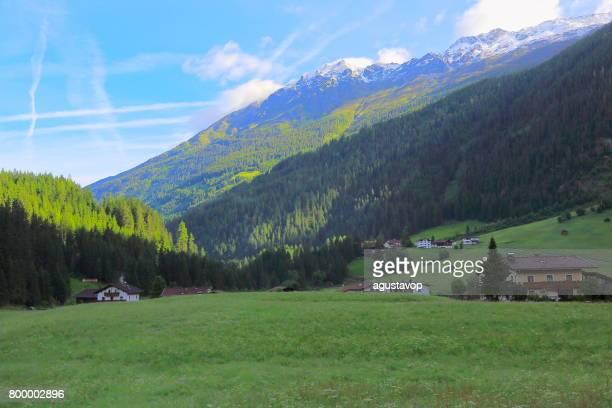 Bauernhof Wiesen und majestätischen Kaunertal Süd Tirol schneebedeckten Bergkette Panorama und idyllischen Ötztal Tirol-Tal bei Sonnenaufgang, Österreich