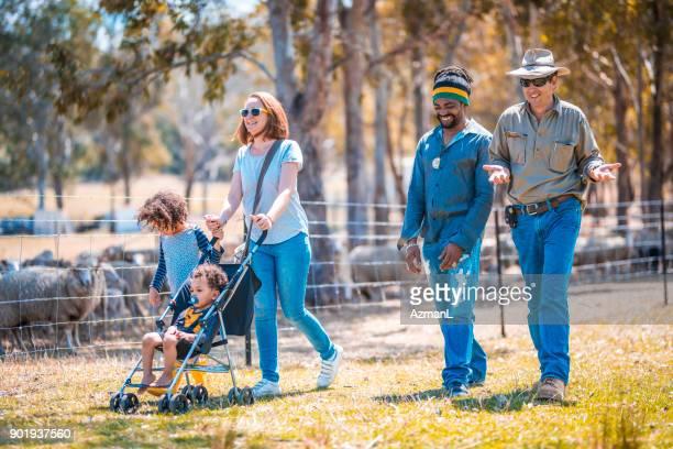 Landarbeiter, die Familie durch einen Bauernhof Führung