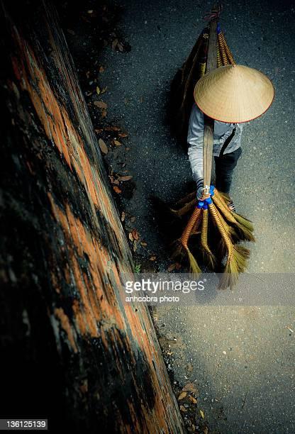 farm worker walking on street - chapeau chinois photos et images de collection