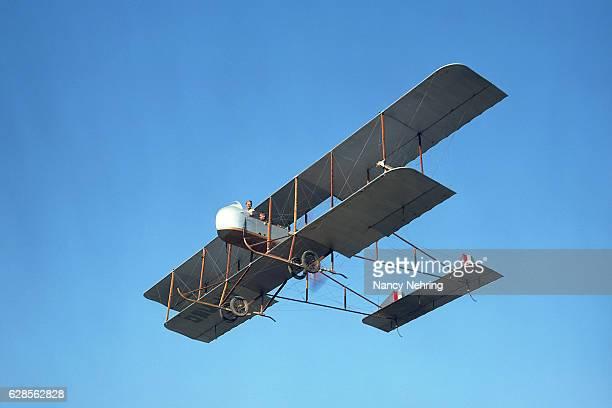 farman mf.11 1914 biplane in flight - doppeldecker flugzeug stock-fotos und bilder