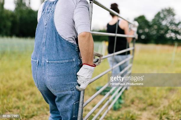 farmer building pen - mittlerer teil stock-fotos und bilder