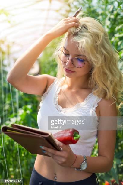 温室で野菜を管理する農家 - スマート農業 ストックフォトと画像