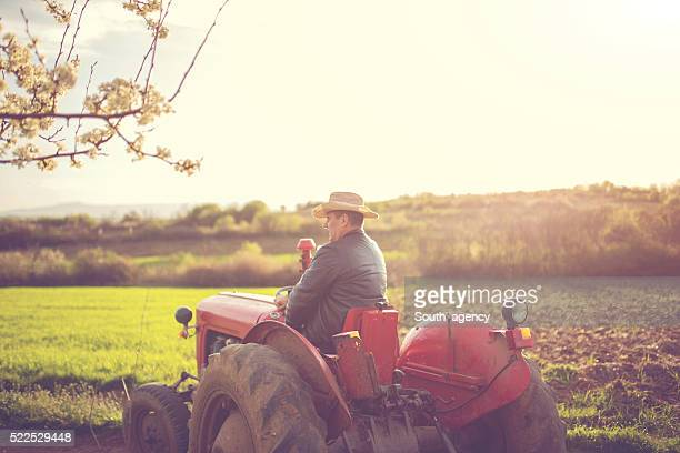 Agricoltore guida attraverso azienda agricola