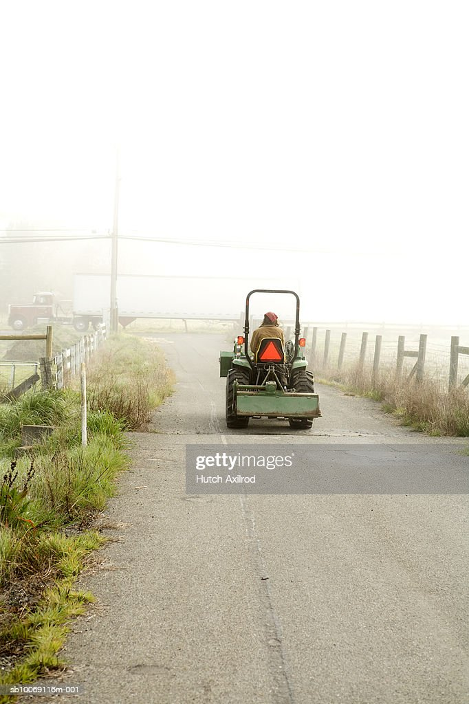 Farmer driving tractor : Stockfoto