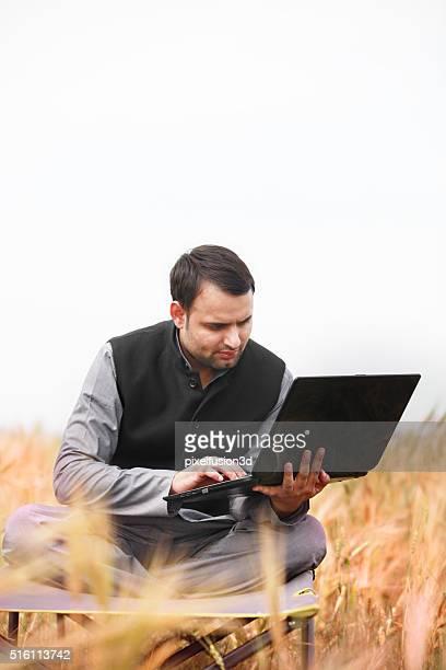 Granjero sostiene portátil