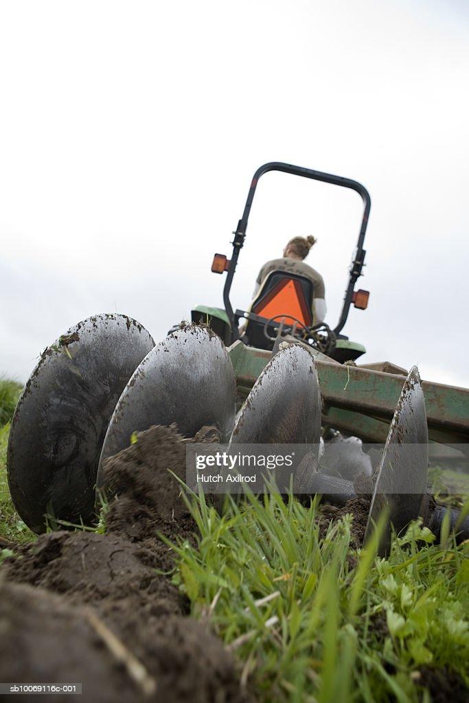 Farmer plowing field : Stockfoto
