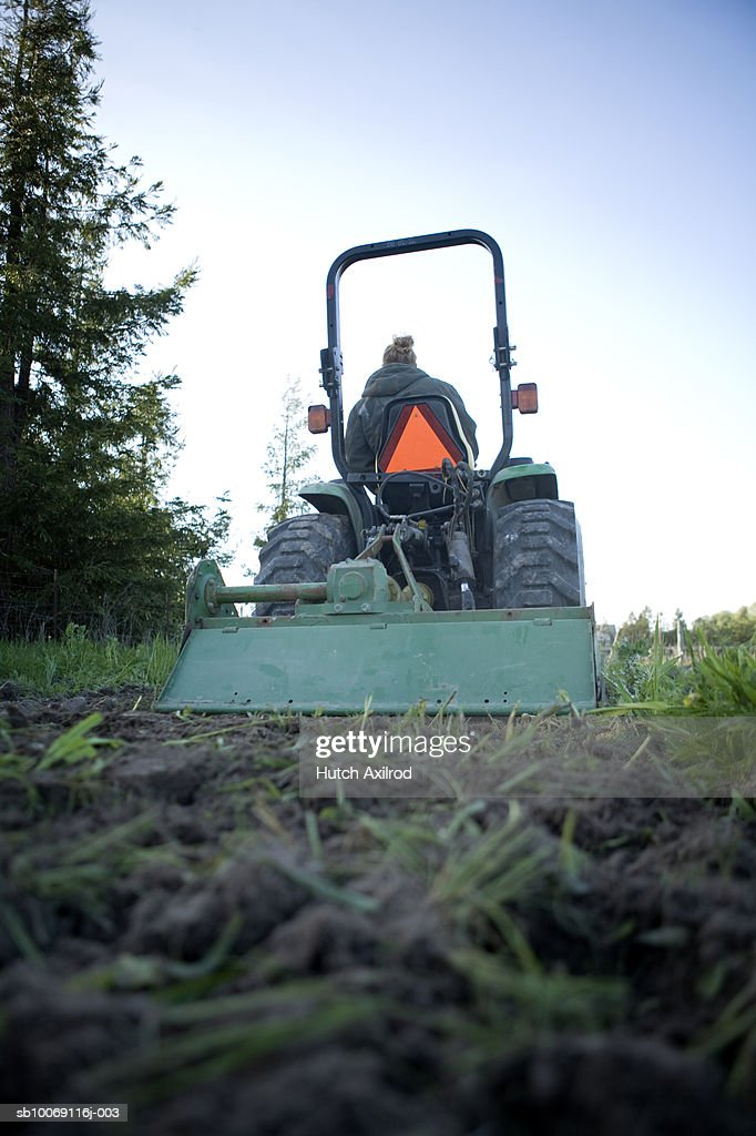Farmer plowing field : Stockfoto