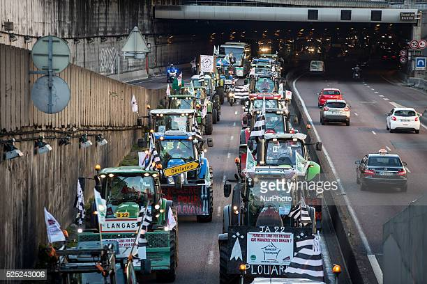 Farmer protest and blockade on the A6 highway on the arrival in Paris Farmer converge on the French capital in protest at falling prices that they...