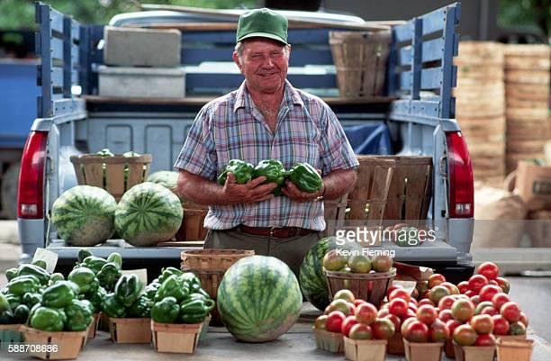 farmer sells produce in market - bancarella di verdura foto e immagini stock