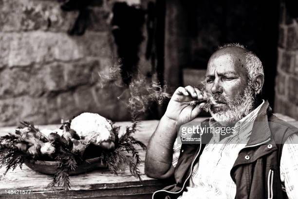 Farmer Rauchen Sie eine Zigarre