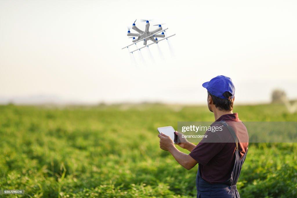 Fumigación de sus cultivos utilizando un robot agricultor : Foto de stock
